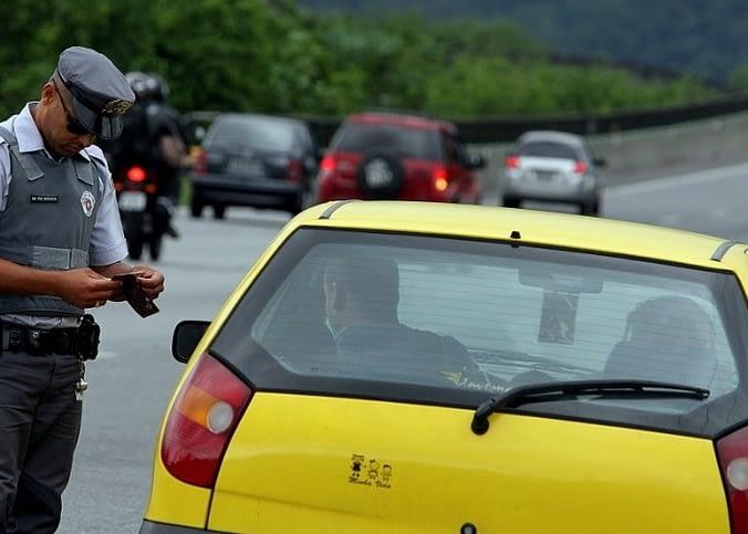 Proposta prevê que multas de veículos sejam pagas já na hora da abordagem